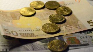 Курс евро упал до годового минимума